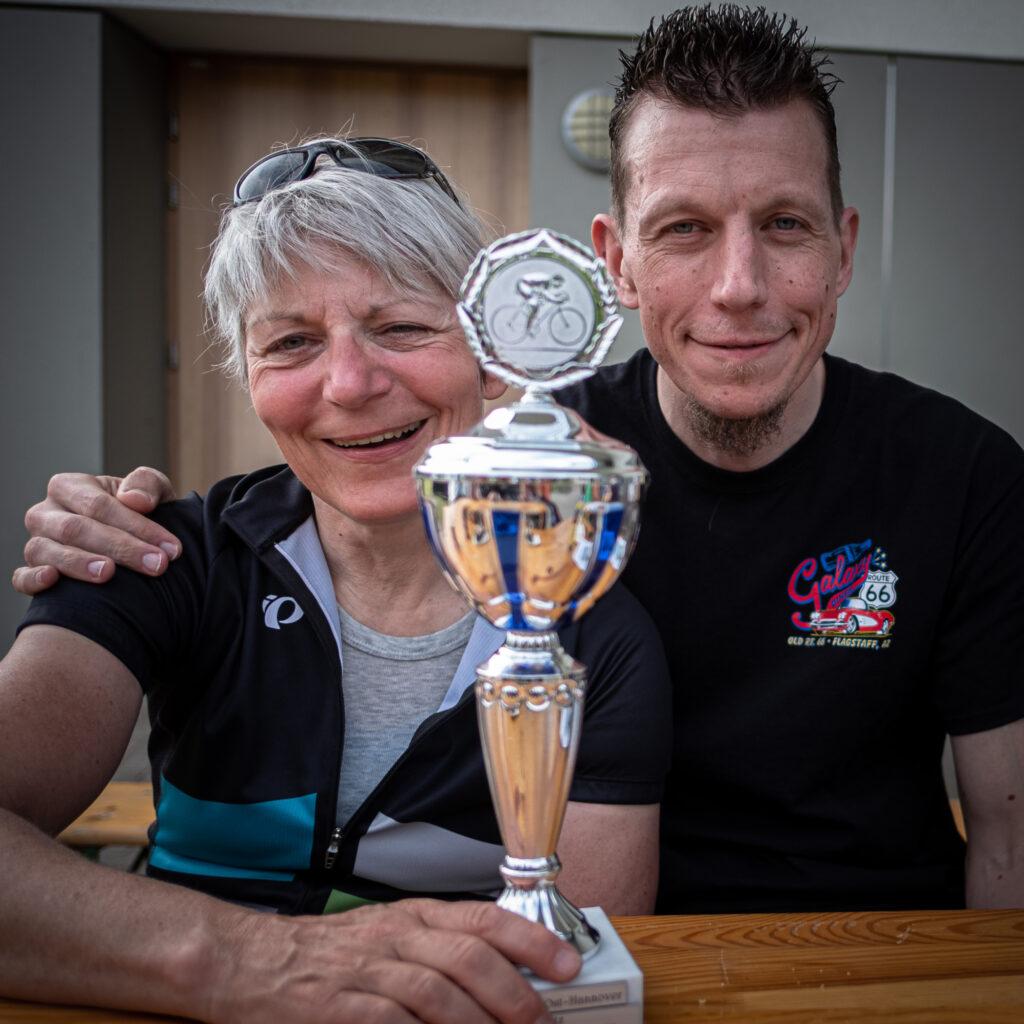 Heike und Alex mit dem Pokal für rege Beteiligung